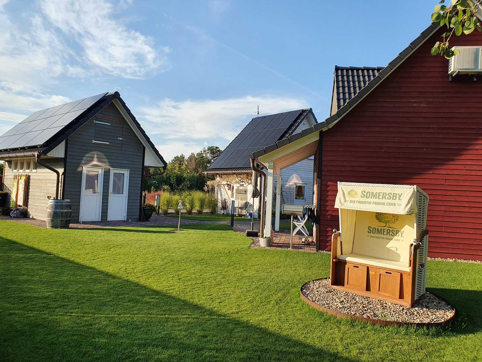 Tiny Haus Dorf Wendland Gartow, Blick in den Garten mit Strandkorb